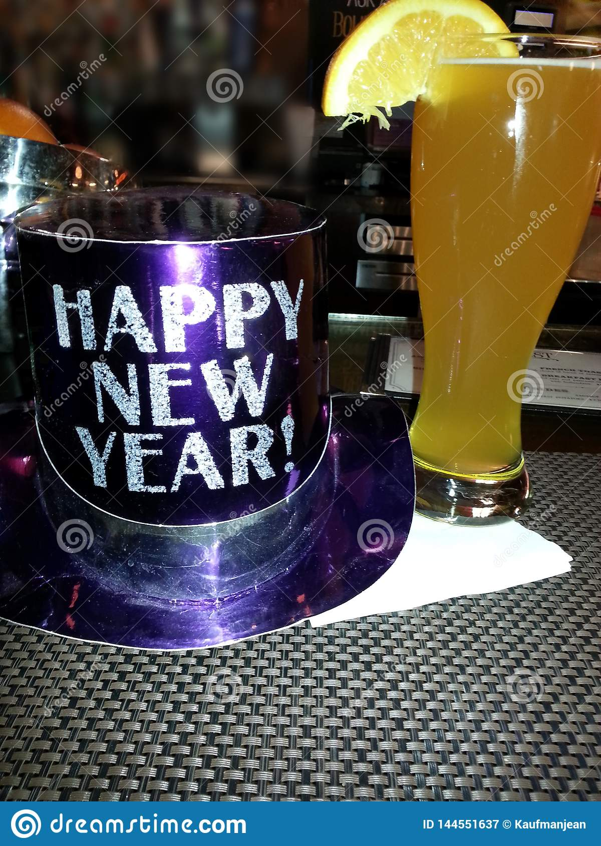 Szczęśliwy nowego roku kapelusz z piwem