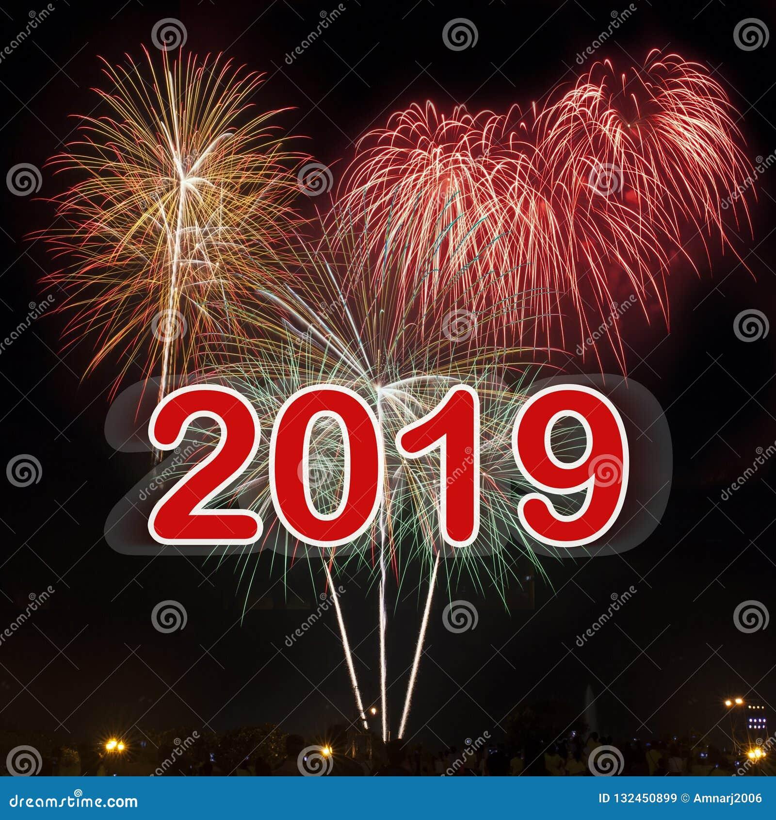 Szczęśliwy nowy rok 2019 z kolorowym fajerwerku tłem