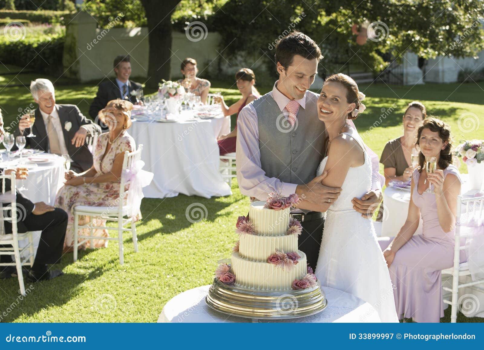 Szczęśliwy państwo młodzi Przed Ślubnym tortem W ogródzie
