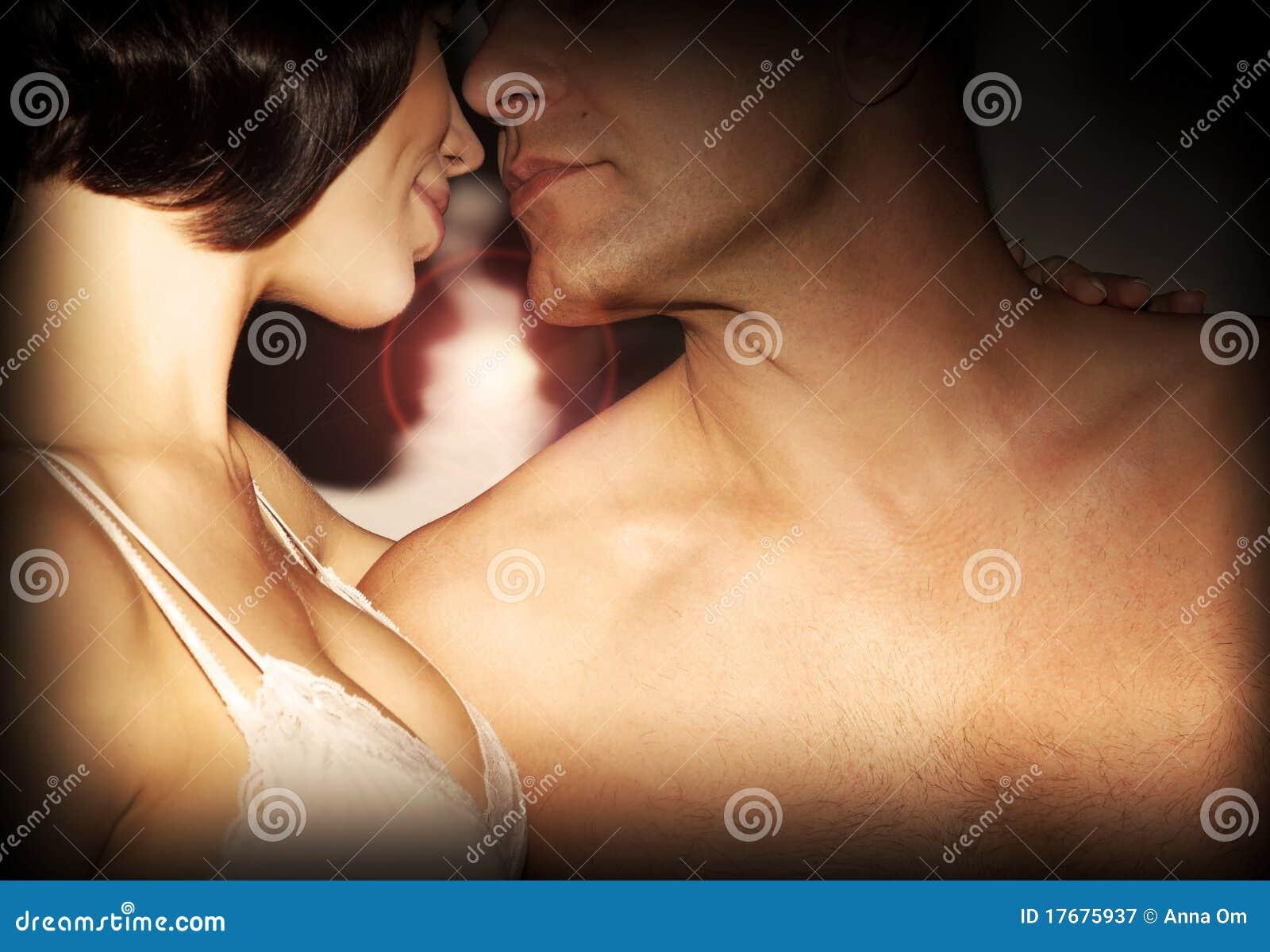 Szczęśliwy pary całowanie