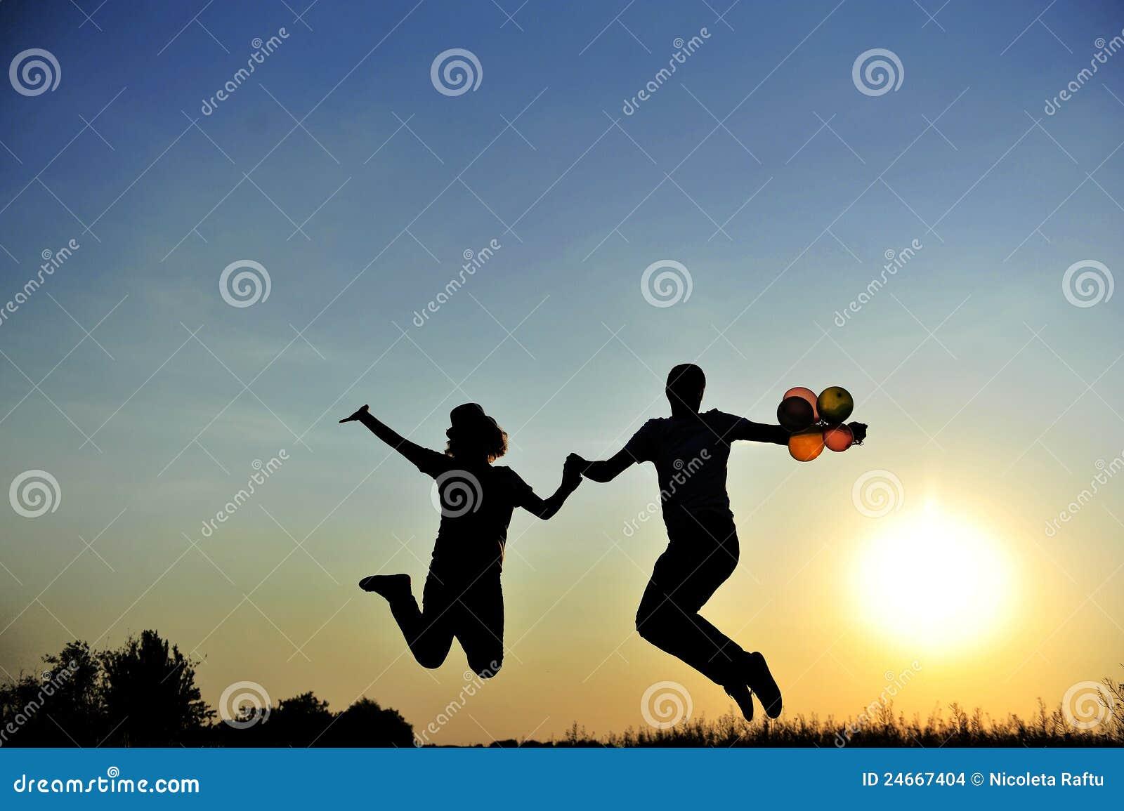 Szczęśliwy pary doskakiwanie