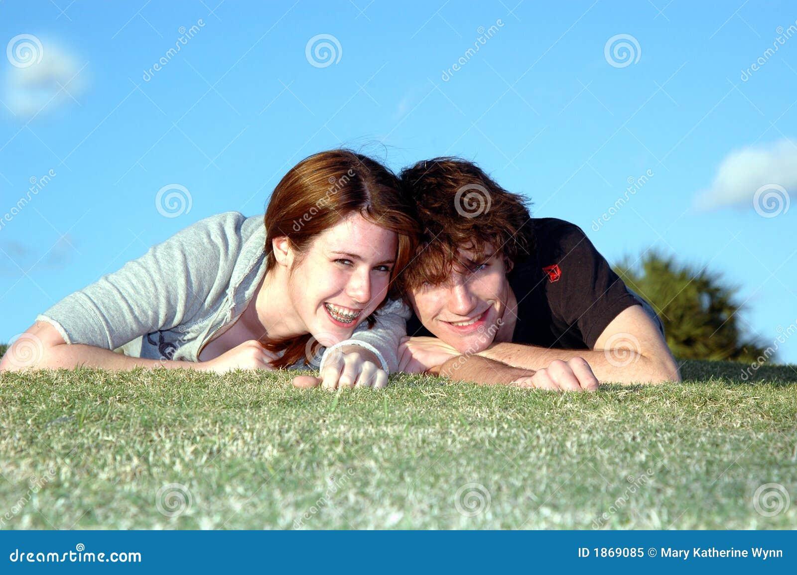 Szczęśliwy pary nastolatków.