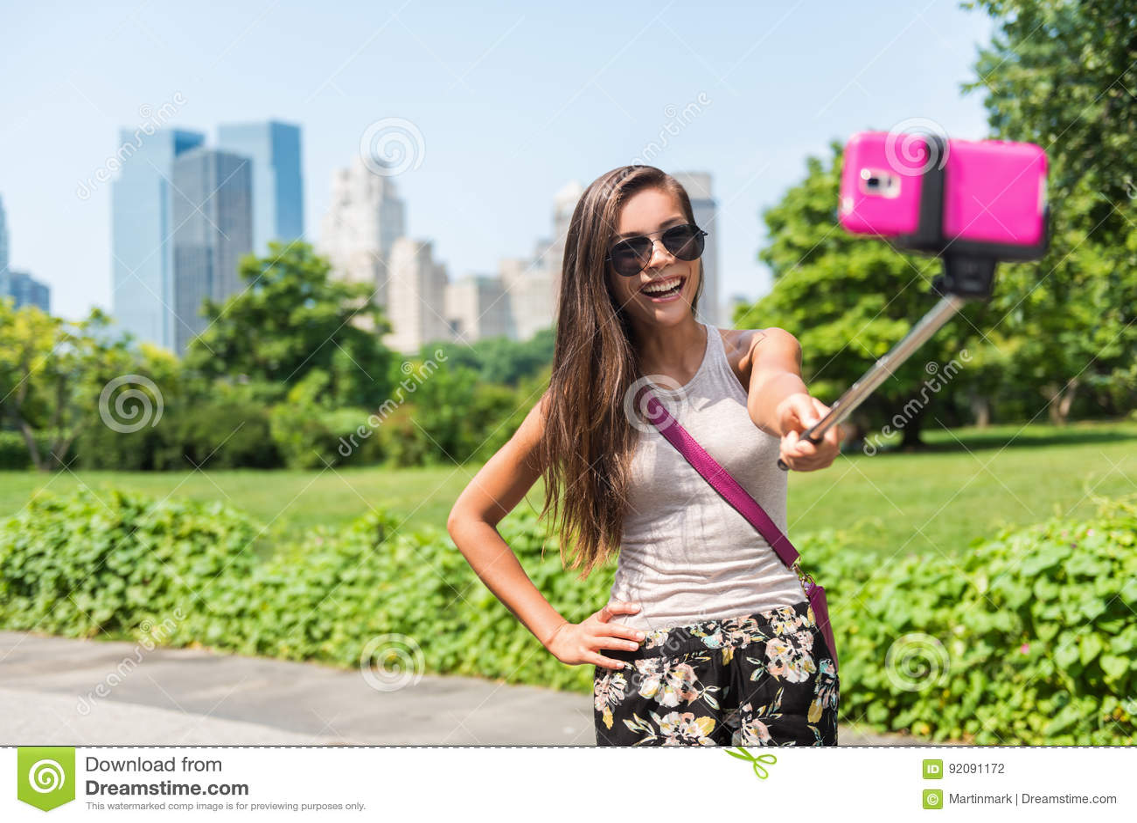 Szczęśliwy podróż turysta bierze selfie kija obrazek