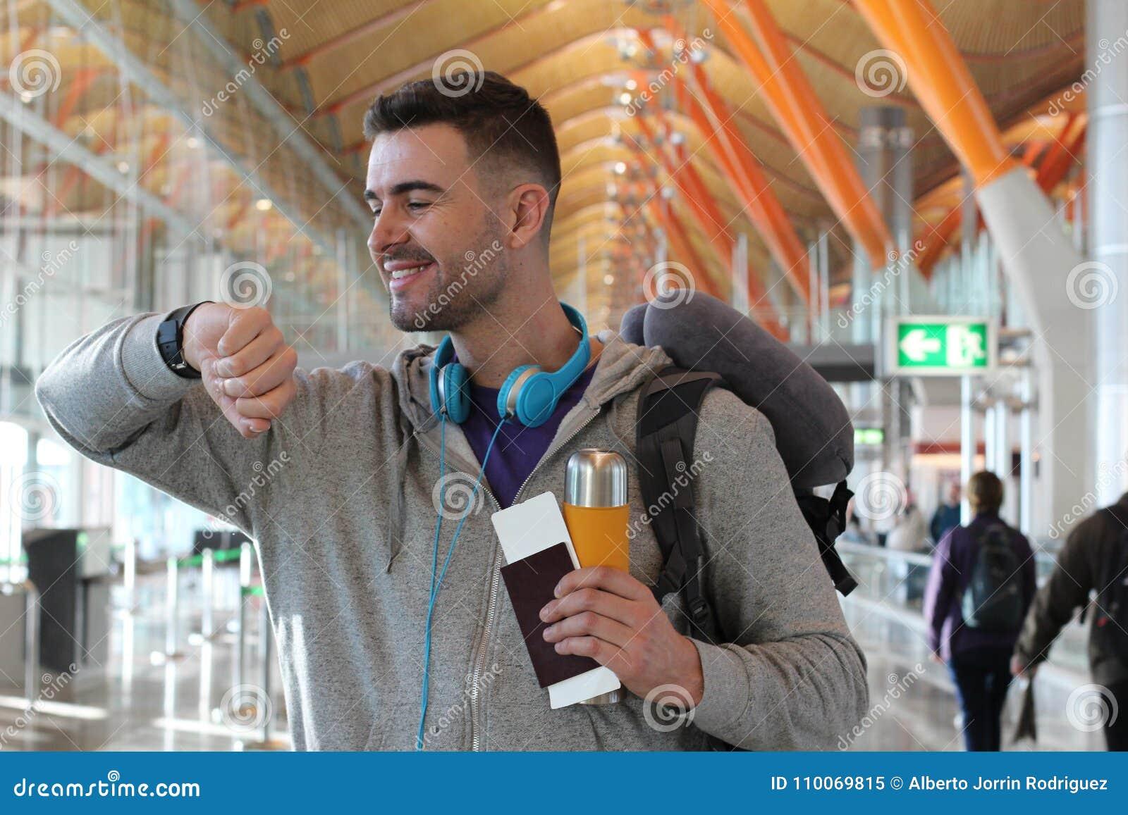 Szczęśliwy podróżnik wsiadać wokoło