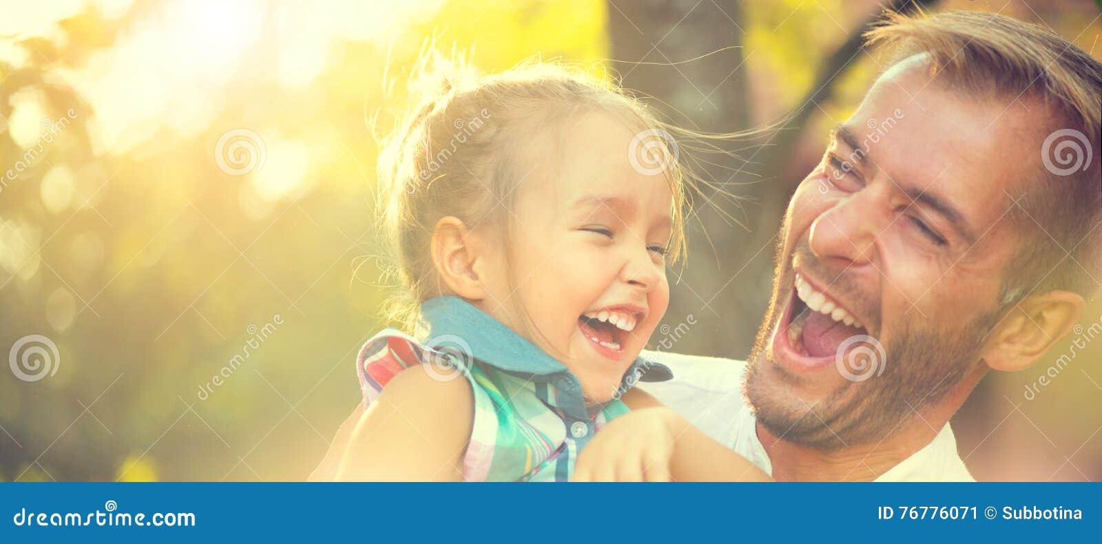 Szczęśliwy potomstwo ojciec z jego małą córką