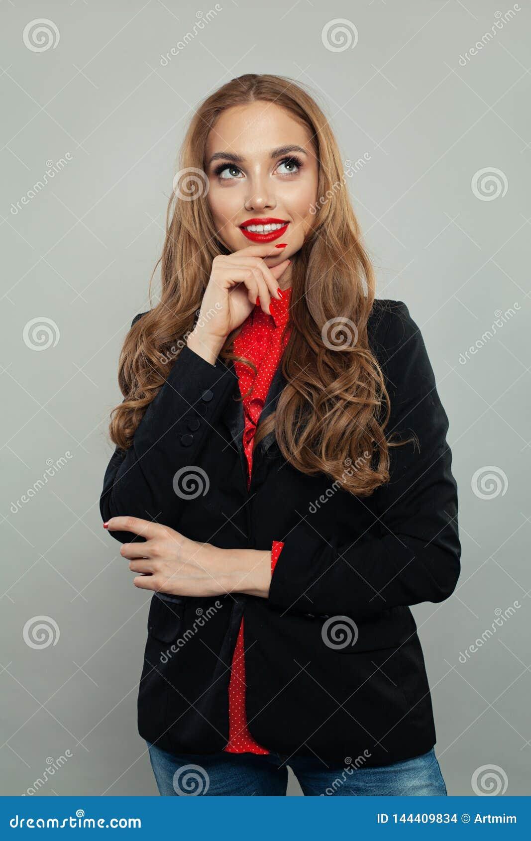 Szczęśliwy przyglądający w górę białego tła na i Młody bizneswoman lub uczeń w czarnym kostiumu portrecie