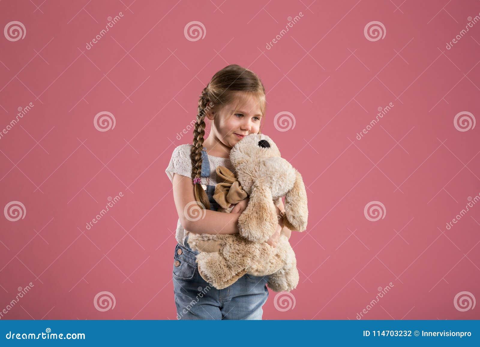 Szczęśliwy przytulenie faszerująca młodej dziewczyny zabawka