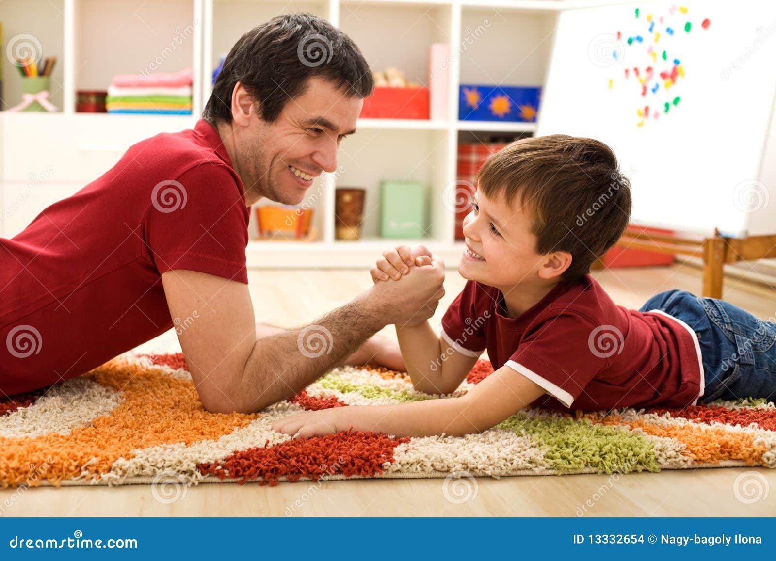 Szczęśliwy ręka ojciec zapaśnictwo dzieciaka zapaśnictwo