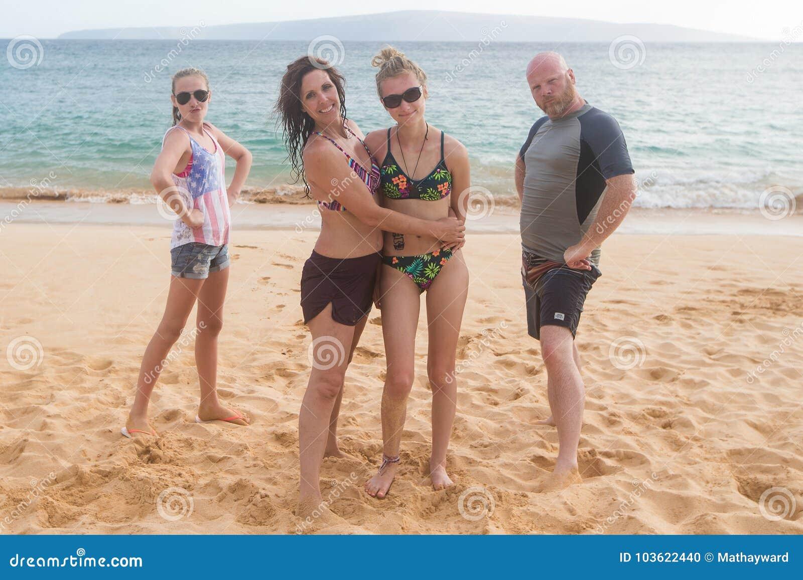 Szczęśliwy rodzina składająca się z czterech osób przy tropikalnym plaża wakacje