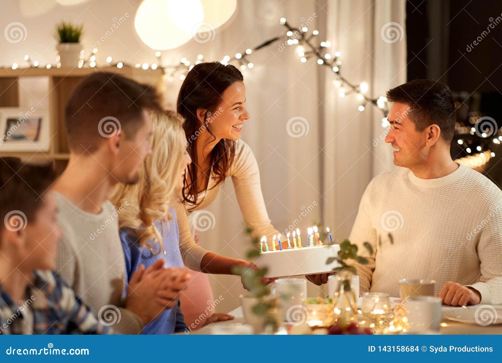 Szczęśliwy rodzinny mieć przyjęcia urodzinowego w domu