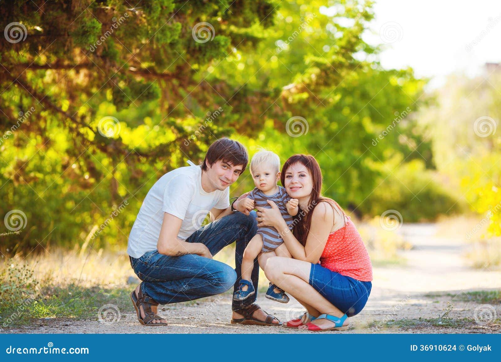 Szczęśliwy rodzinny mieć zabawę outdoors