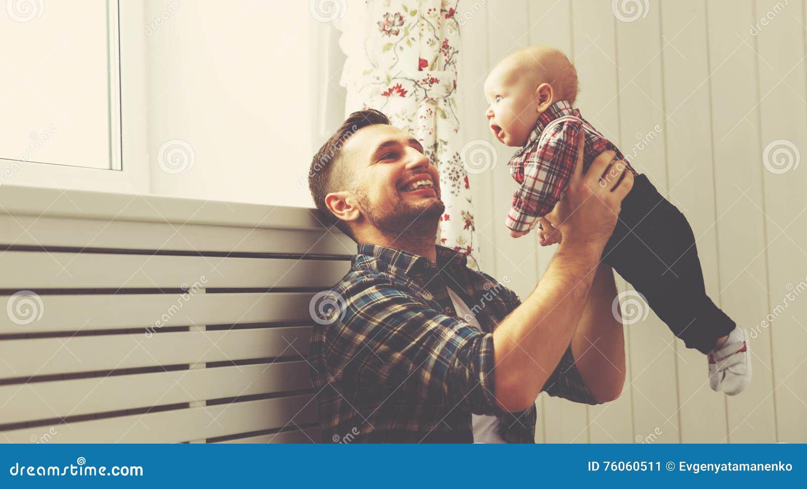 Szczęśliwy rodzinny ojca i dziecka dziecka syn bawić się w domu