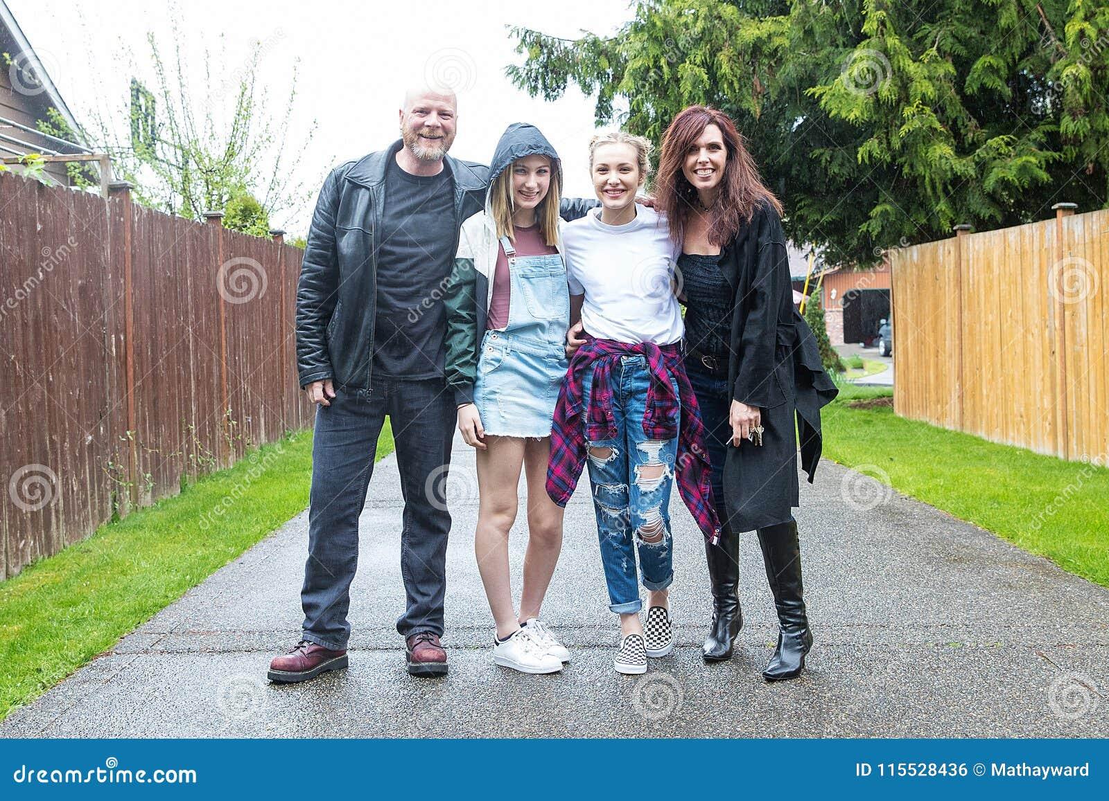 Szczęśliwy Rodzinny Outside w deszczu