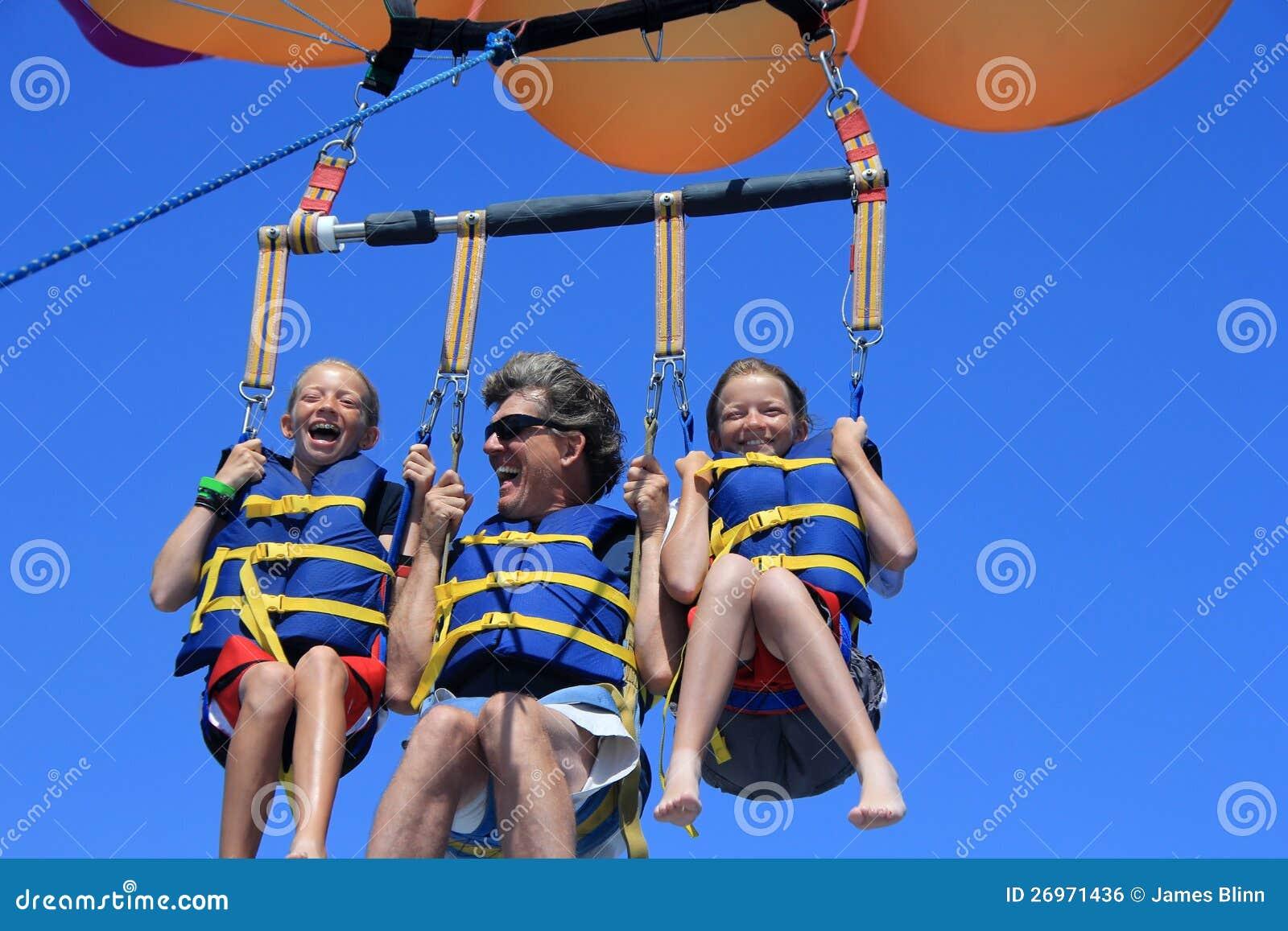 Szczęśliwy Rodzinny Parasailing