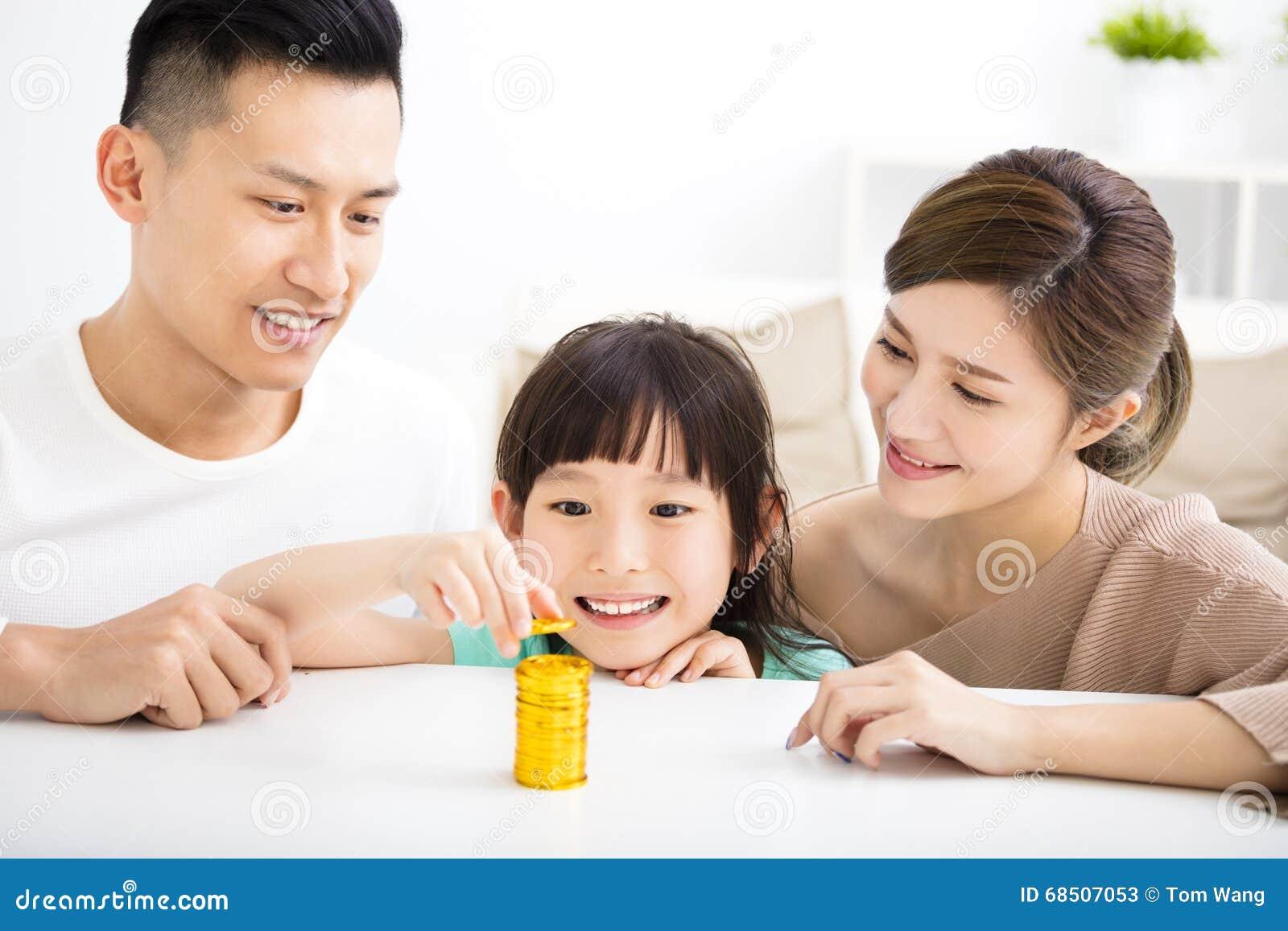Szczęśliwy rodzinny pieniądze oszczędzania pojęcie