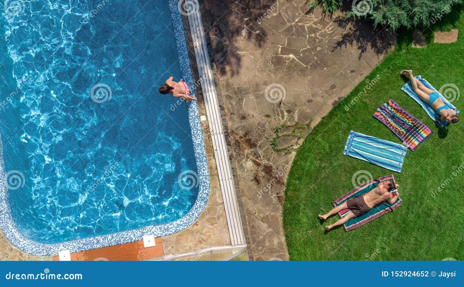 Szczęśliwy rodzinny relaksować basenem, powietrzny trutnia widok rodzice, z góry dzieciaki, i zabawę na wakacje, rodzinny weekend
