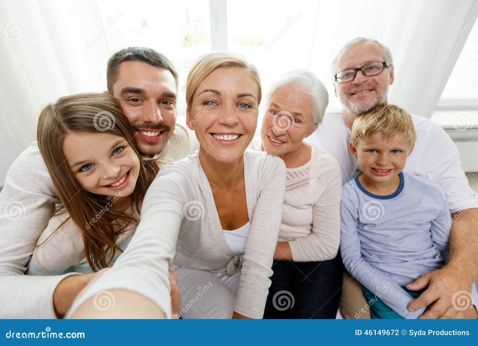 Szczęśliwy rodzinny robi selfie w domu