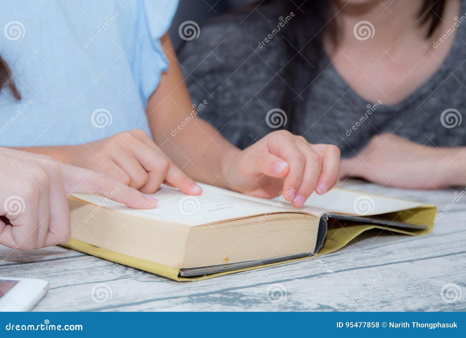 Szczęśliwy rodziny córki i matki nauczanie czyta książkę w domu