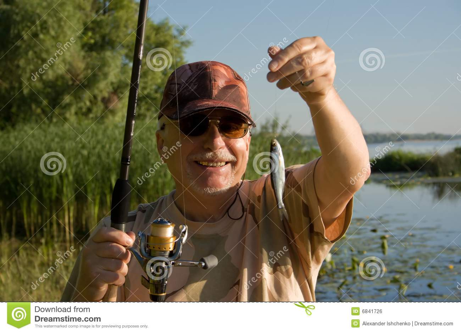 Szczęśliwy rybaka senior