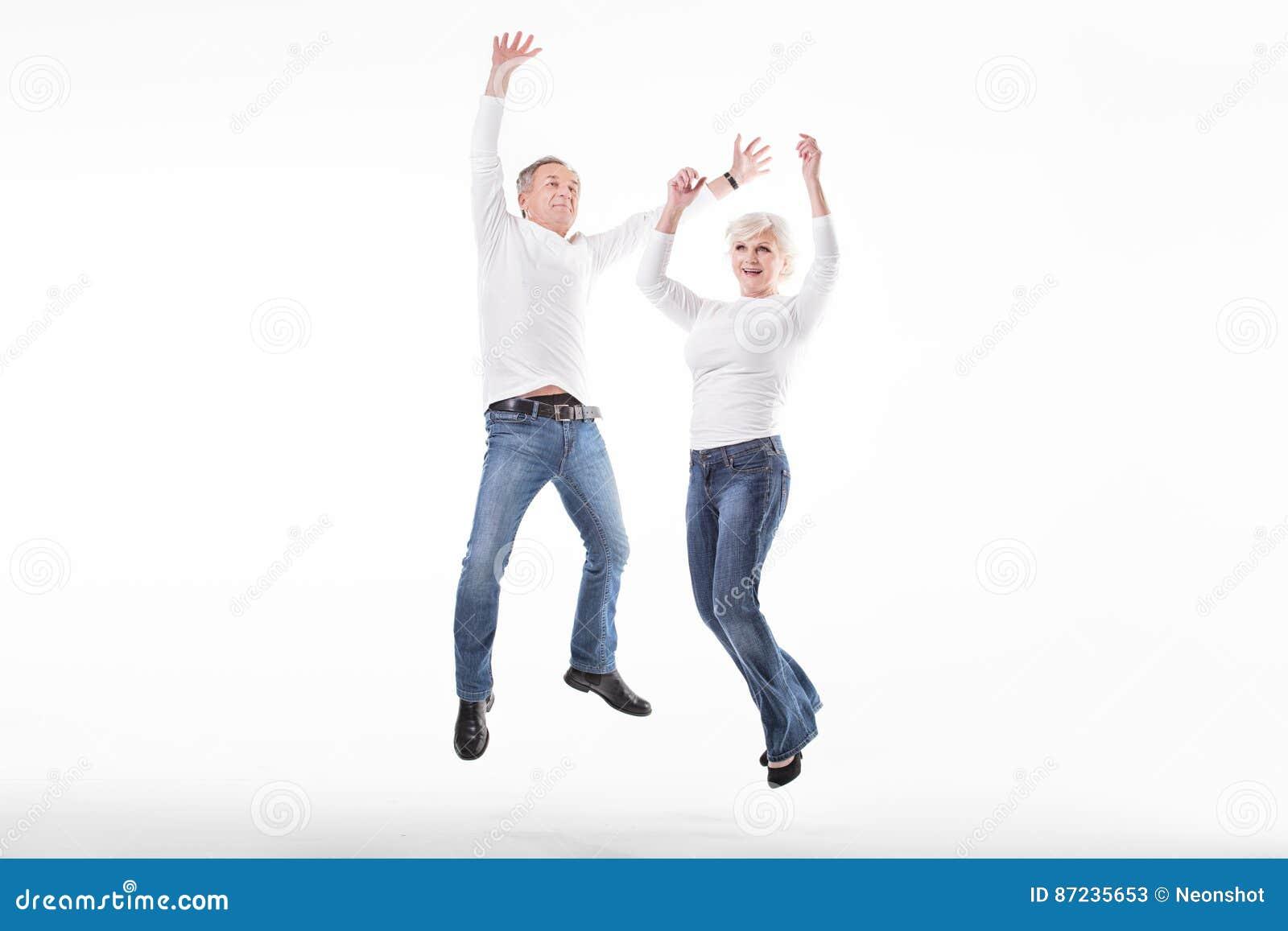 Szczęśliwy starszy pary doskakiwanie
