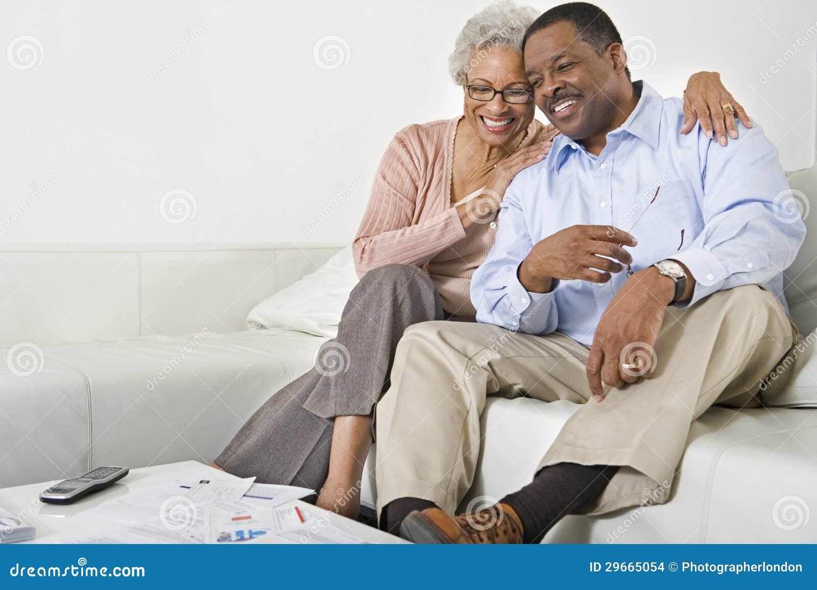 Szczęśliwy Starszy pary obsiadanie Na kanapie