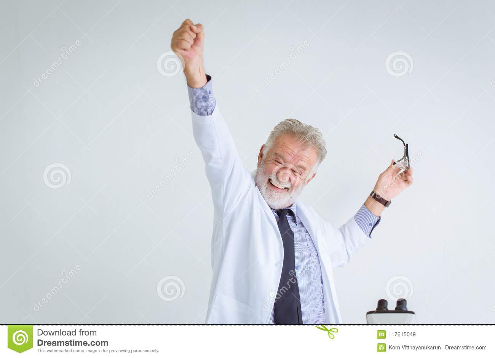 Szczęśliwy sukcesu profesora naukowiec rozwiązywać w nauki badaniu
