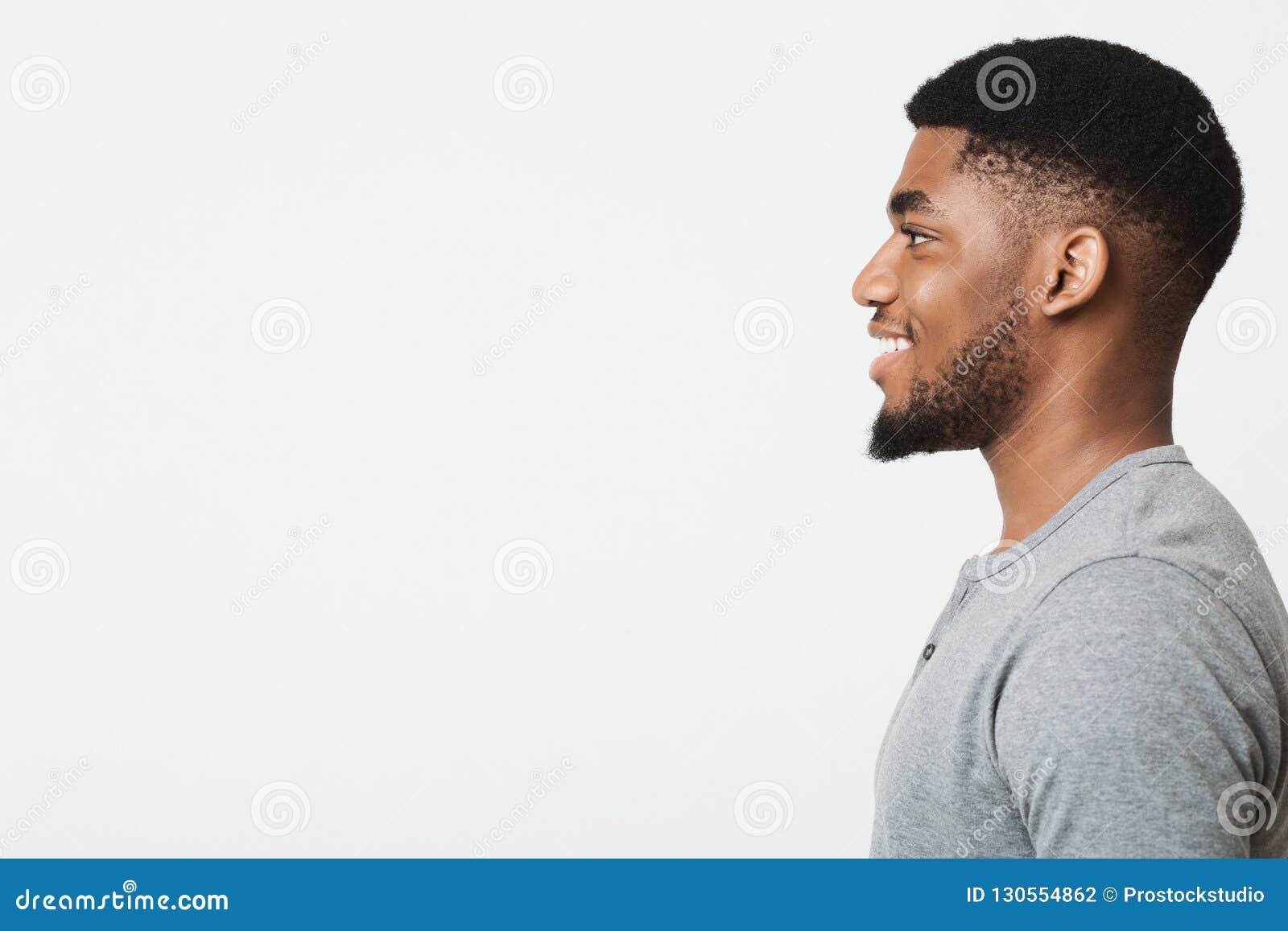 Szczęśliwy uśmiechnięty młody afroamerykański mężczyzny profilu portret
