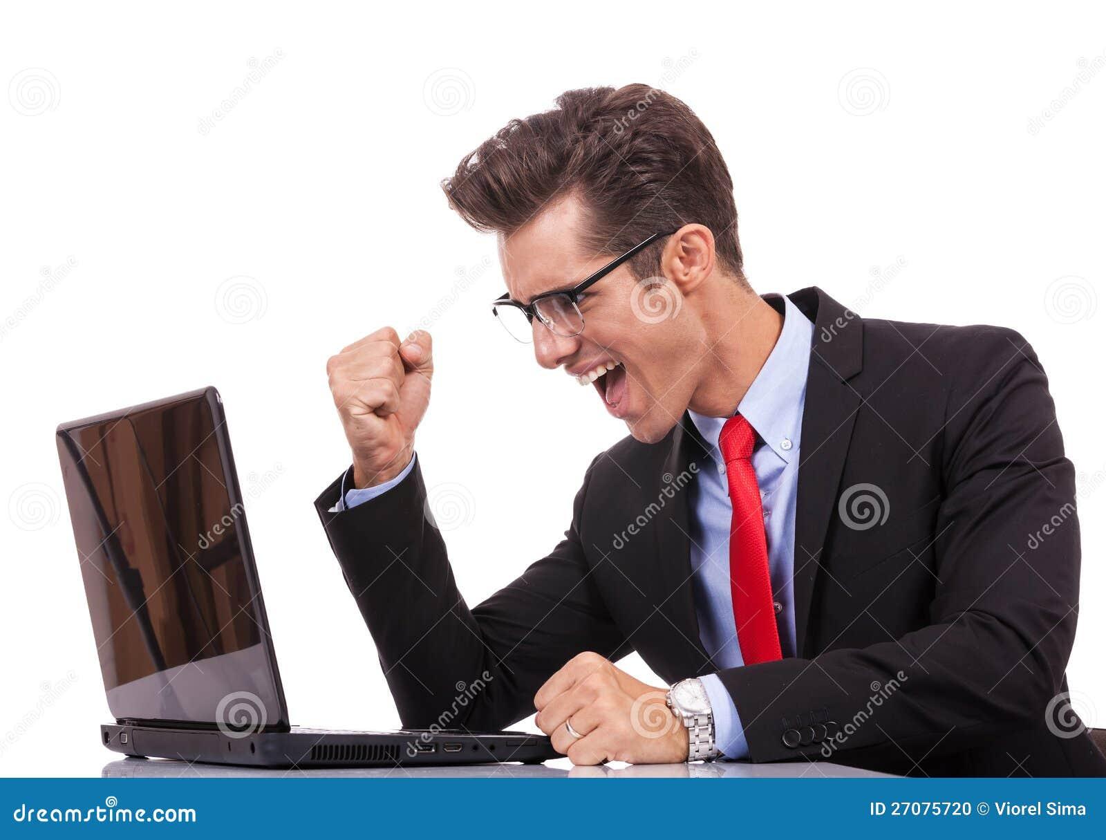 Szczęśliwy wygrany biznesowego mężczyzna działanie na jego laptopie