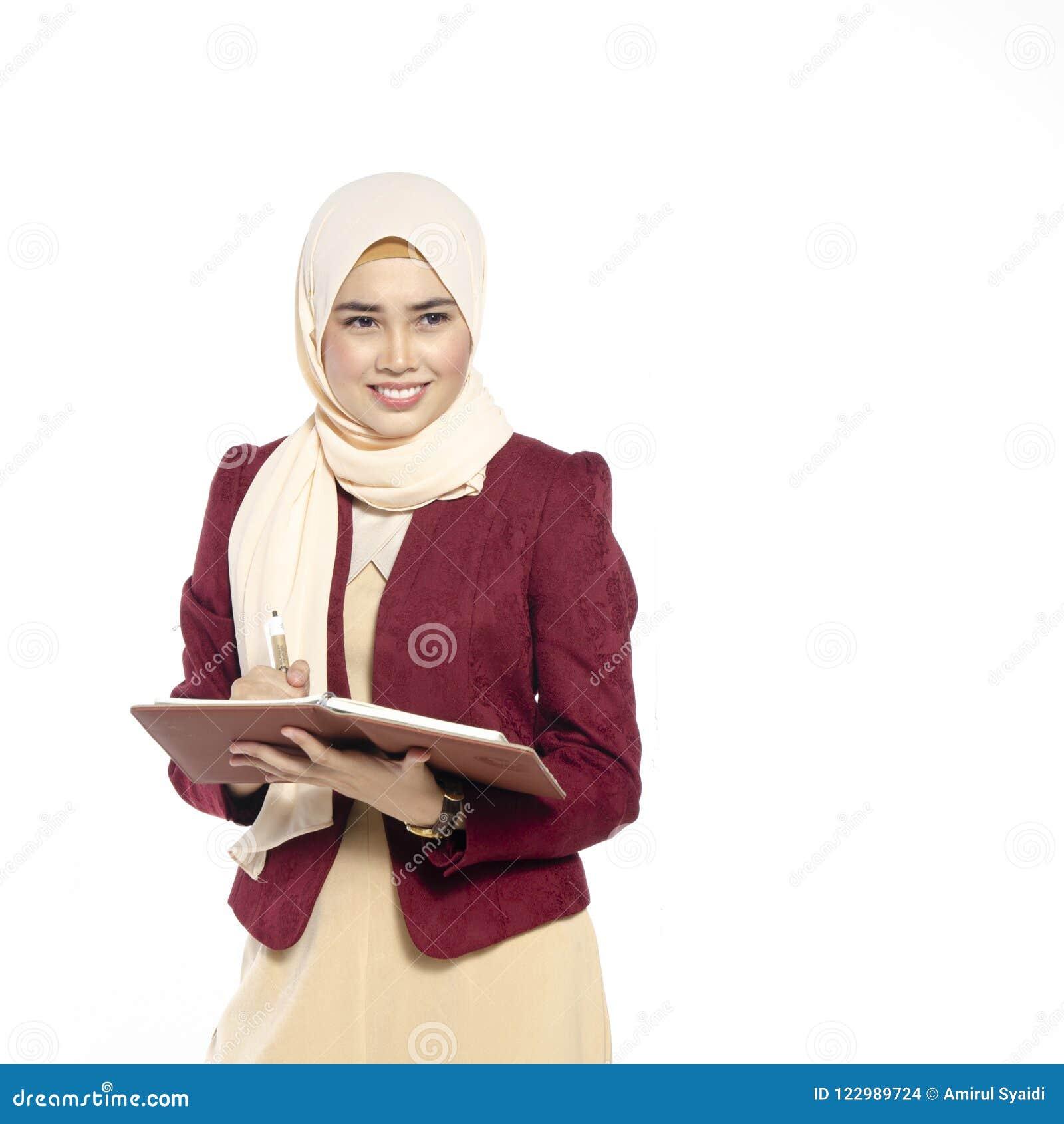 Szczęśliwy wyrażenie młody atrakcyjny muslimah z hijab isolat
