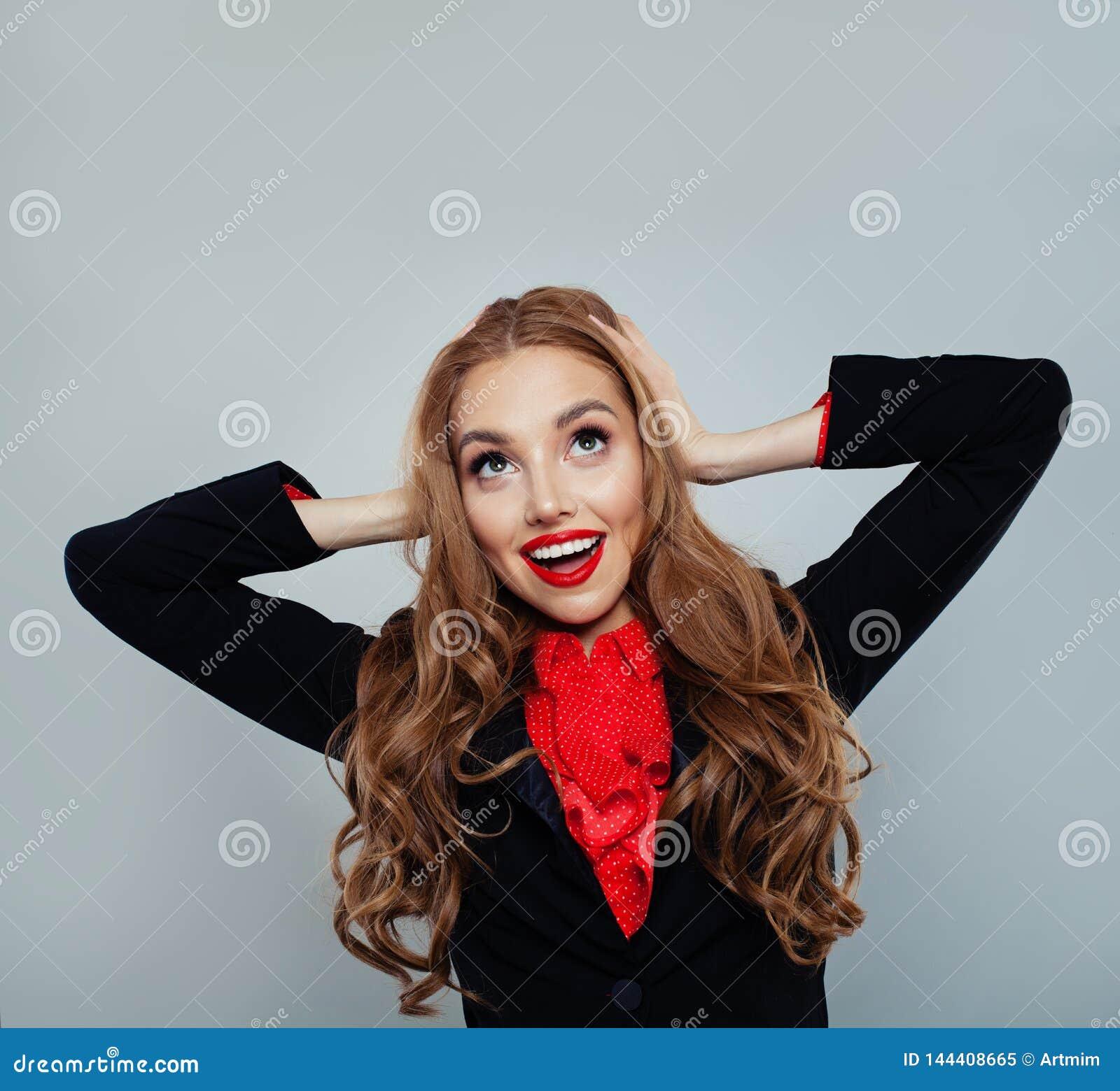 Szczęśliwy z podnieceniem kobieta model przyglądający w górę tła z kopii przestrzenią na