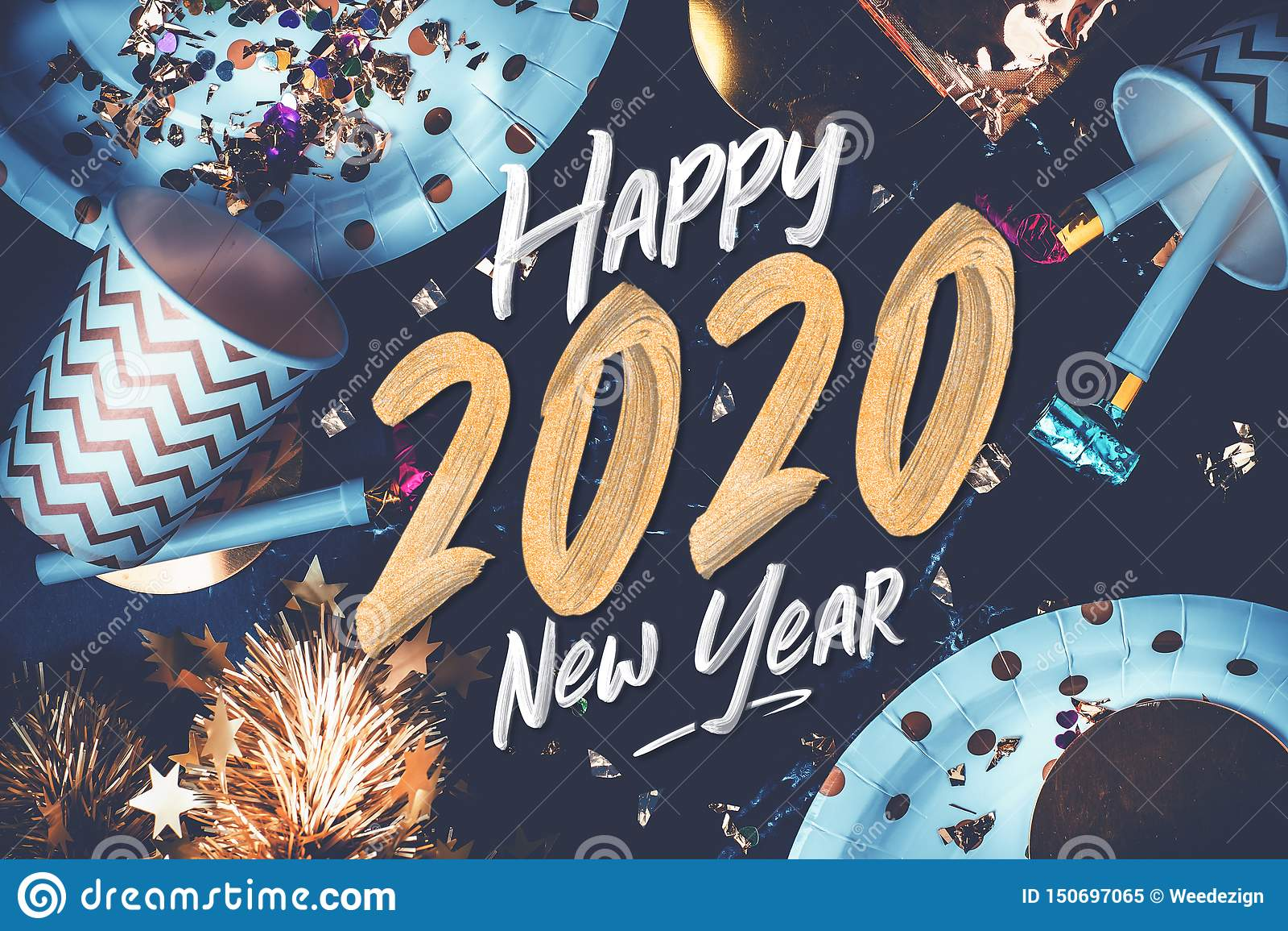 2020 szczęśliwych nowy rok ręki muśnięcia storke chrzcielnic na marmuru stole z partyjną filiżanką, partyjna dmuchawa, świecidełk