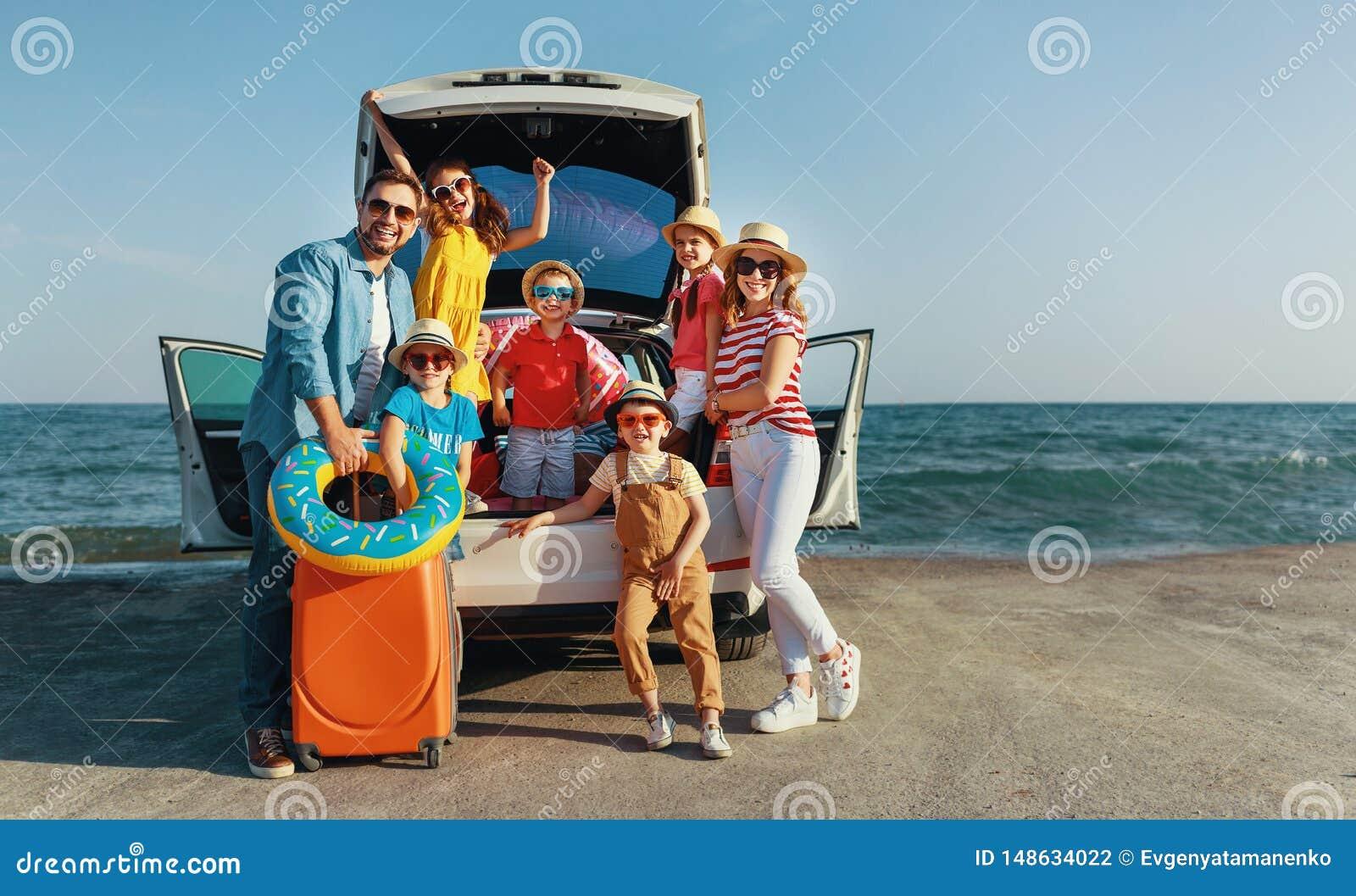 Szcz??liwa du?a rodzina w lato podr??y auto podr??y samochodem na pla?y
