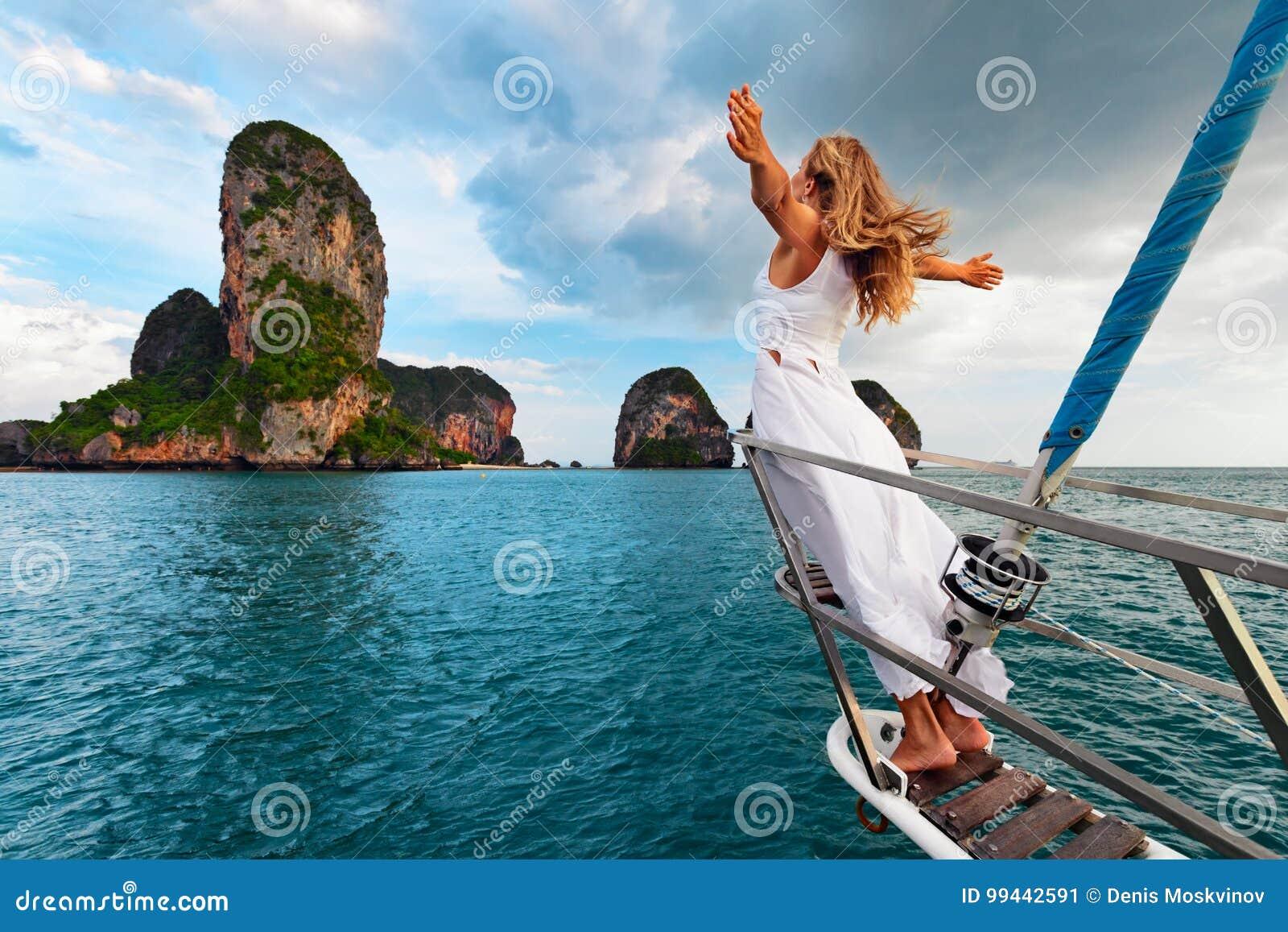 Szczęśliwa dziewczyna na pokładzie żeglowanie jachtu zabawę