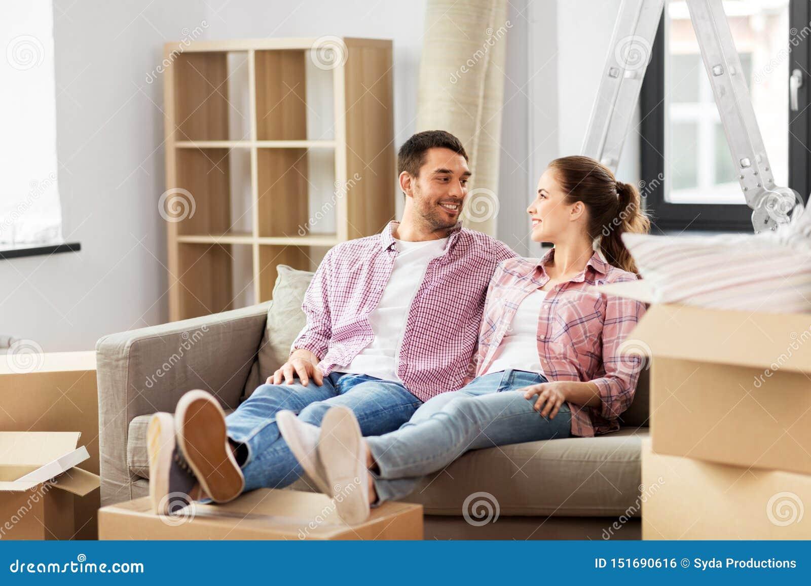 Szcz??liwa para rusza si? nowy dom z pude?kami