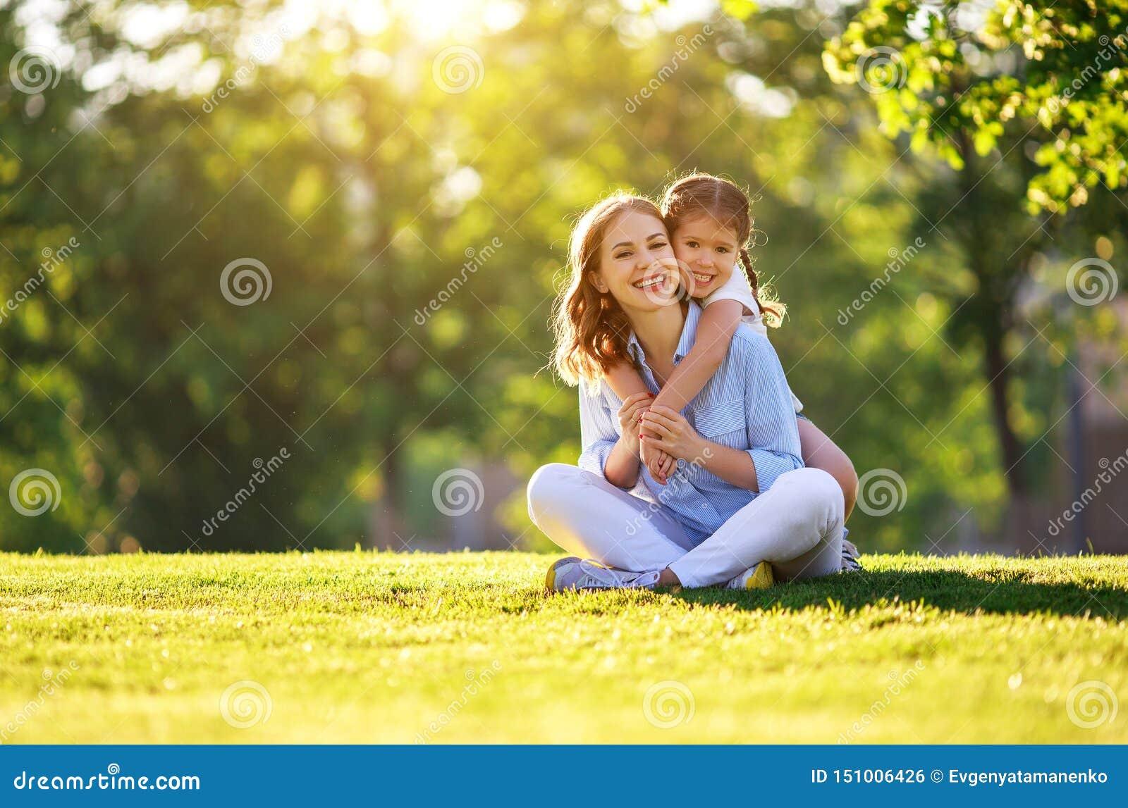 Szcz??liwa rodziny matka i dziecko c?rka w naturze w lecie