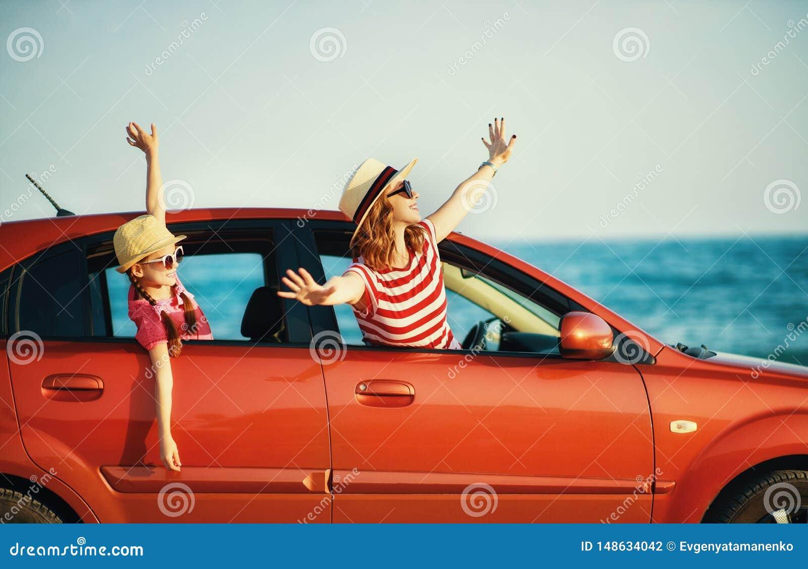 Szcz??liwa rodziny matka i dziecko dziewczyna i?? lato podr??y wycieczka w samochodzie
