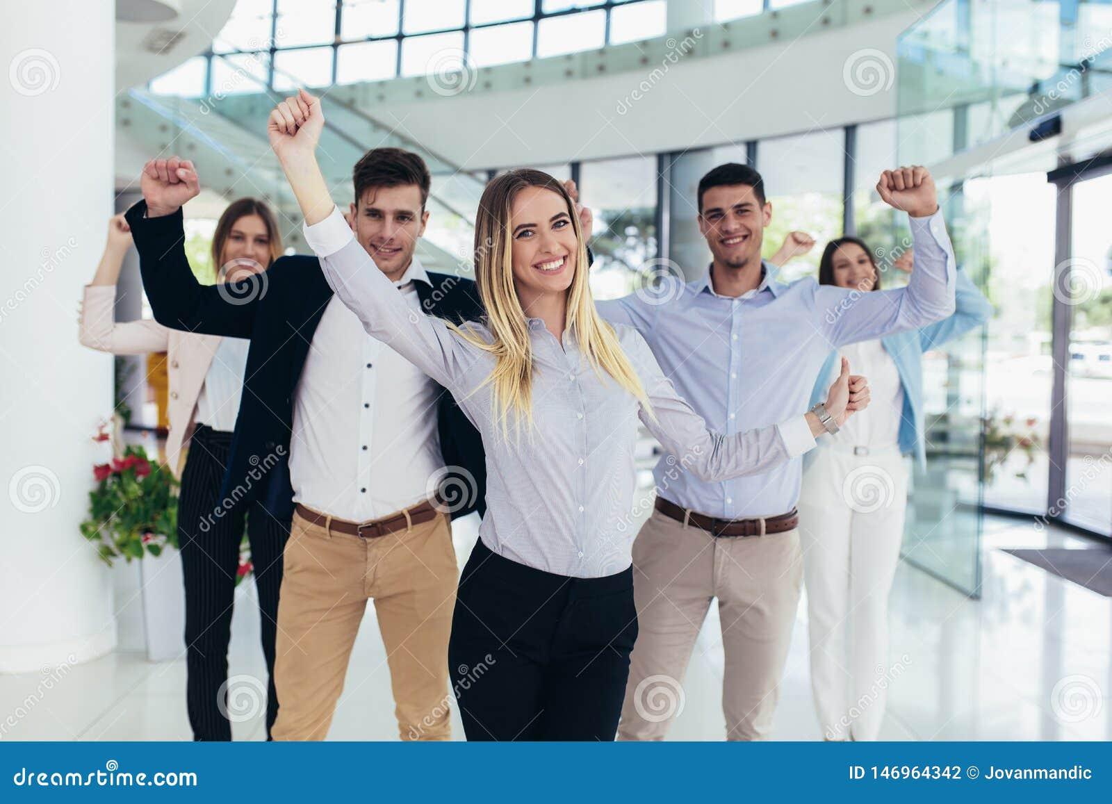 Szcz??liwi ludzie biznesu i firma personel w nowo?ytnym biurze, representig firma