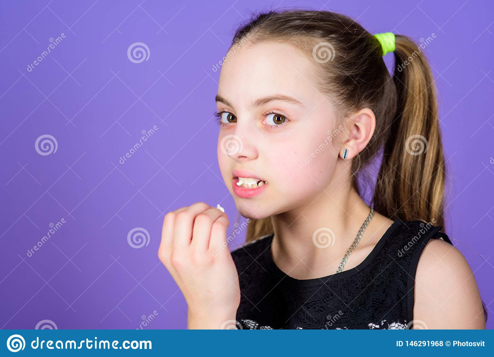 Szcz??liwi ma?e dziecko mi?o?ci cukierki i fundy Ma?a dziewczyna je marshmallow Dieting i kaloria S?odkiego z?bu poj?cie Zdrowy