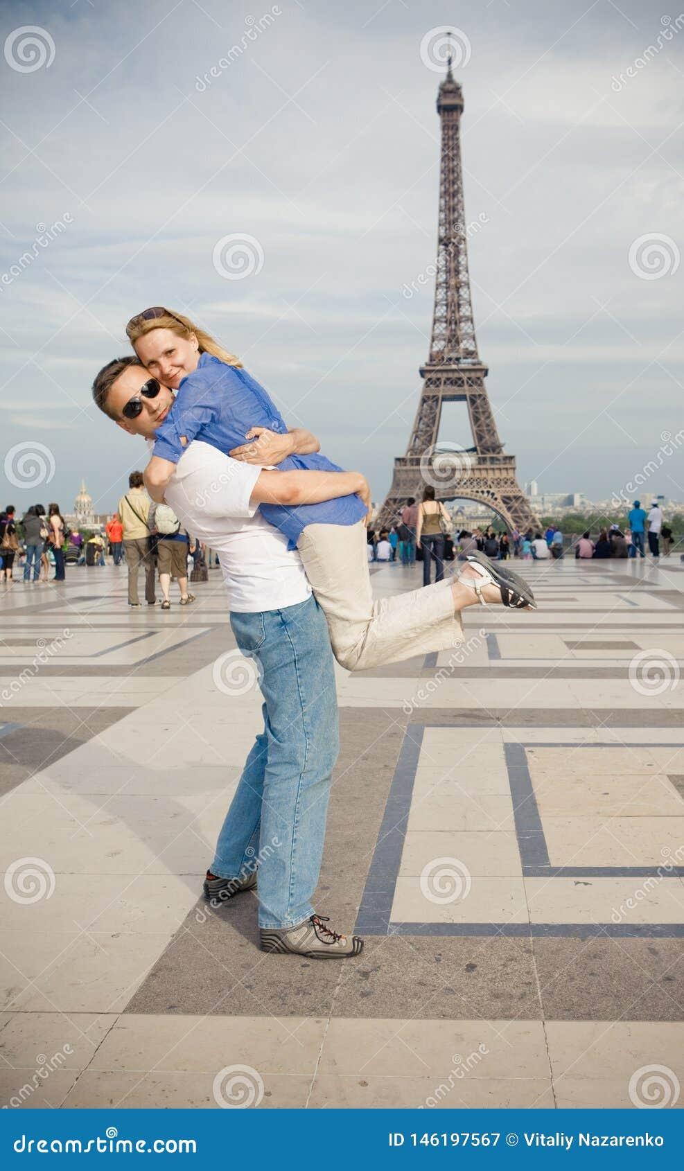 Szcz??liwi potomstwa dobieraj? si? na tle wie?a eifla w Pary? Miesi?c miodowy w Europa
