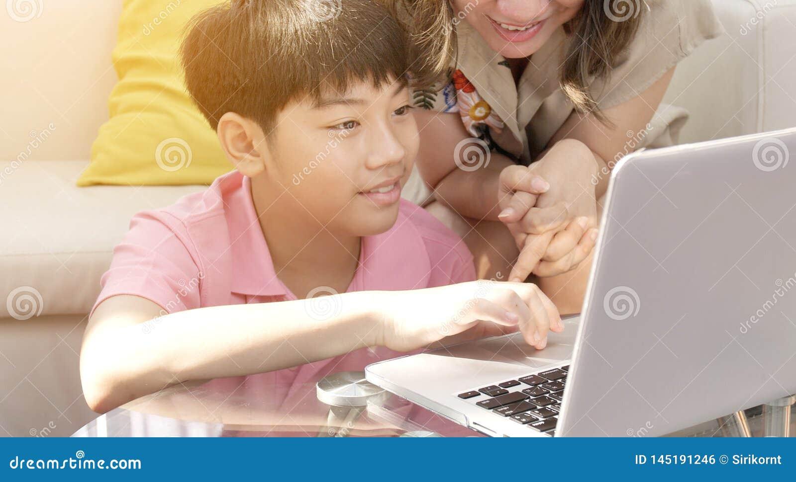 Szcz??liwy rodzinny ojca syna i matki dopatrywanie na laptopie