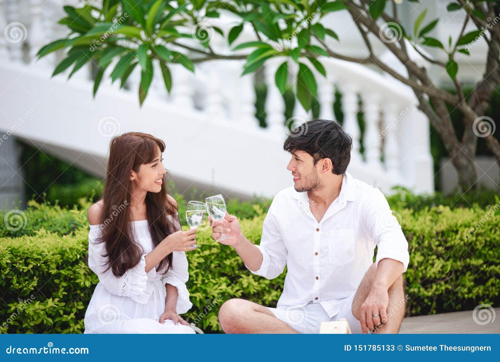 Szcz??liwy Romantyczny para kochanek opowiada wino i pije podczas gdy mie? pinkin w domu