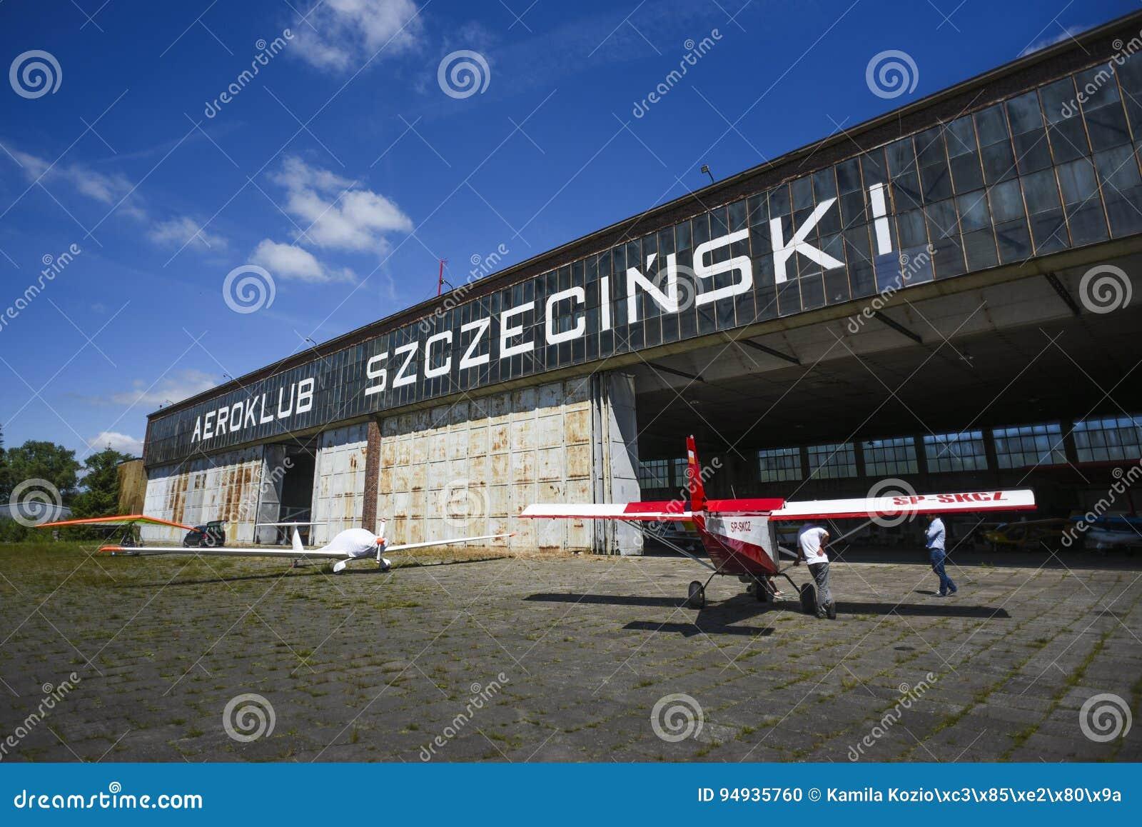 Szczeciński, Polska, Czerwiec 18, 2017: Aiplane hangar w Szczecińskim, Po