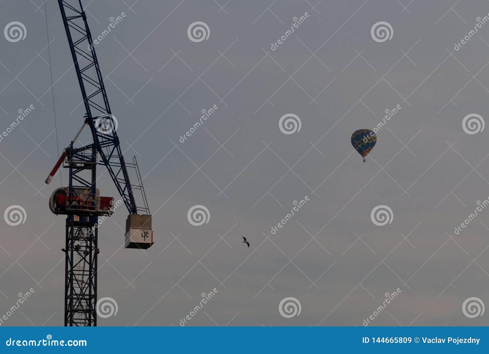 Szczegół żuraw w centre Bristol i gorące powietrze balon