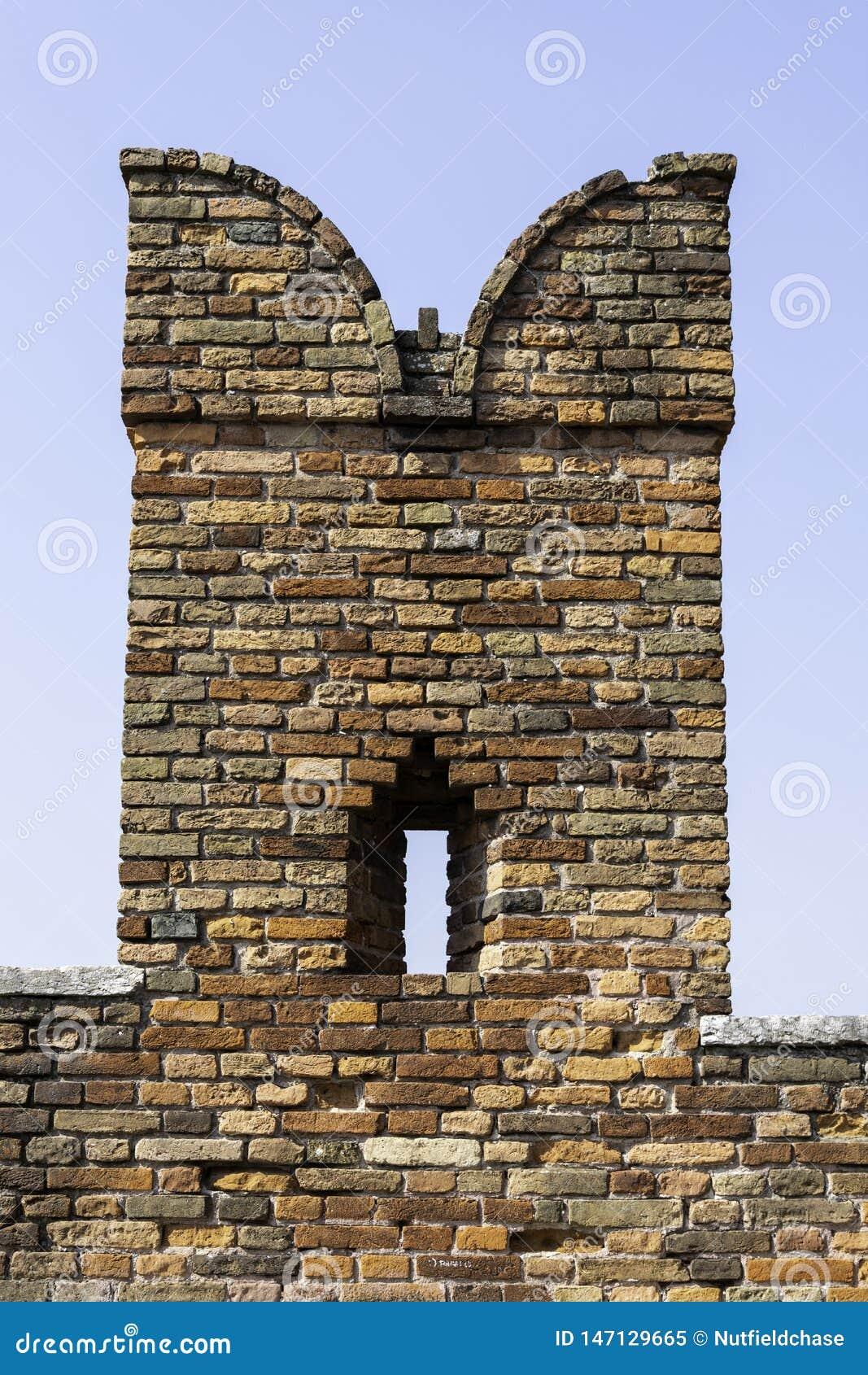 Szczegół ceglany swallowtail battlement na Ponte Scaligero nad Rzecznym Adige, Verona