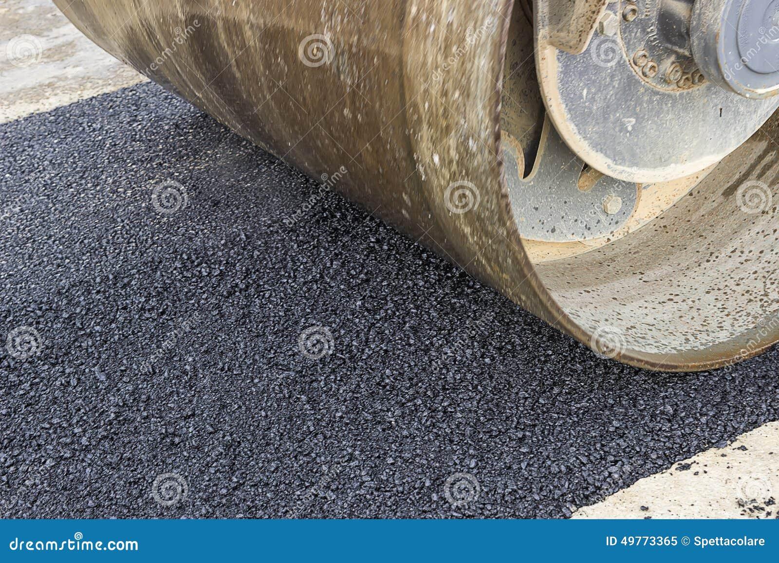 Szczegół drogowy rolownik podczas asfaltowego łatania pracuje