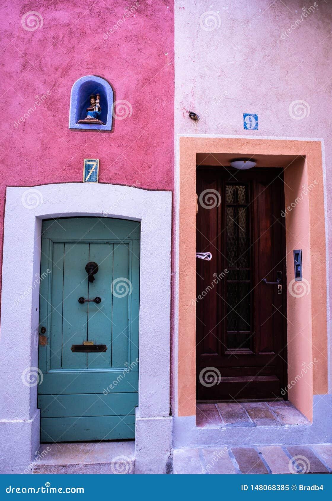 Szczegół dwa domu wejściowego w Valbone wiosce południe Francja