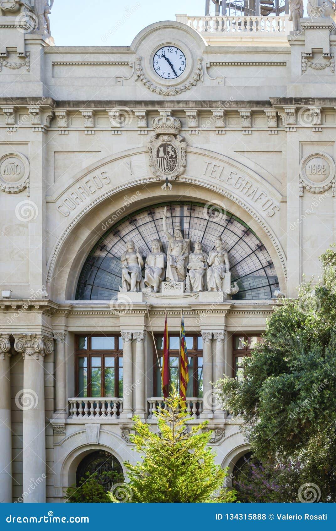 Szczegół główna fasada środkowy urząd pocztowy w Plaça De L «Ajuntament w Walencja, Hiszpania