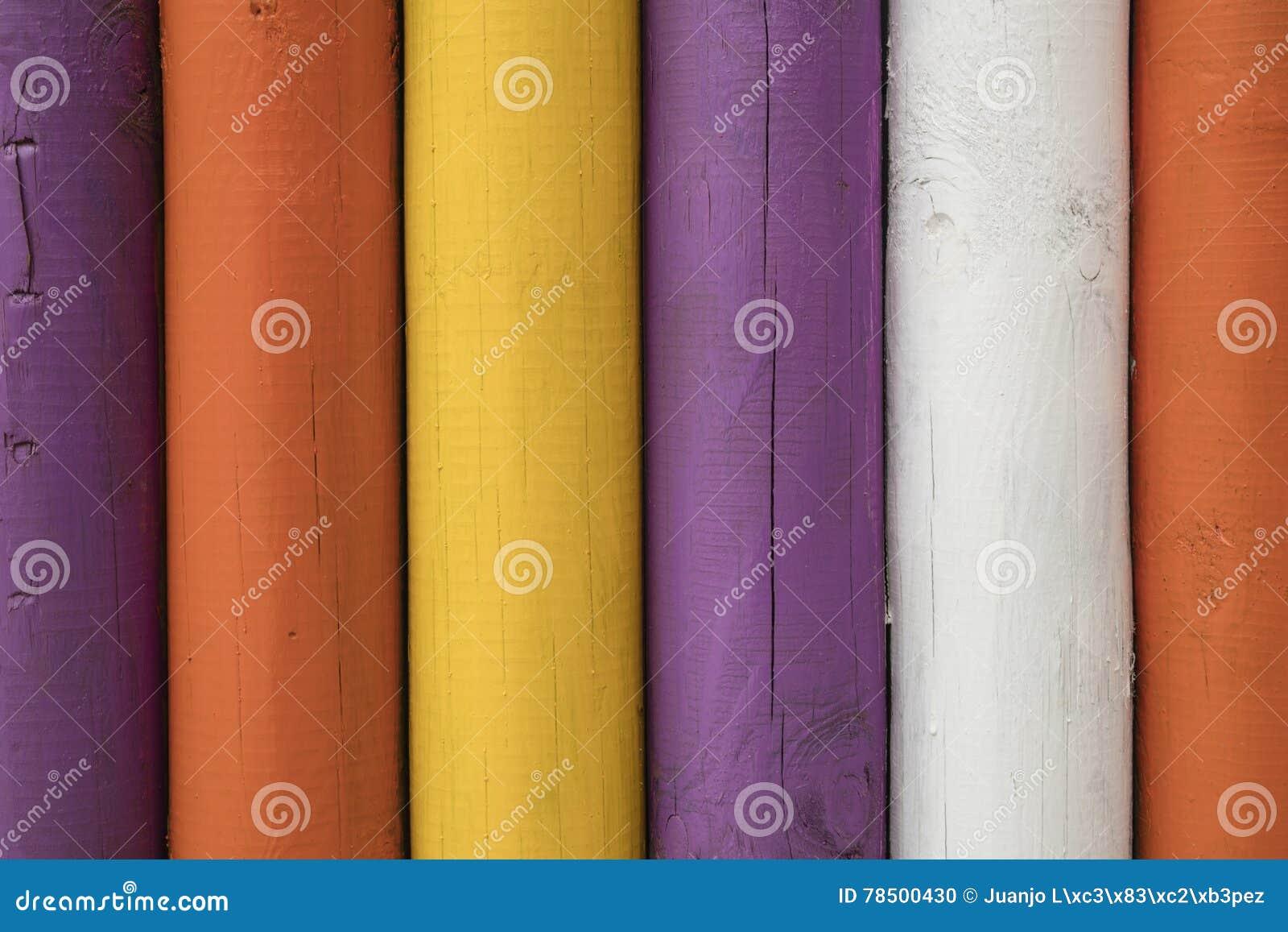 Szczegół kolorowi drewniani słupy