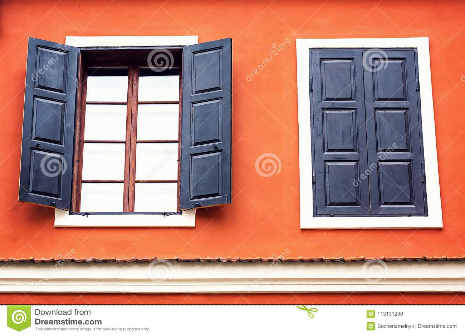 Szczegół otwartego drewnianego żelaznego rocznika nieociosani okno na czerwień cementu starej ścianie może używać dla tła Brown c
