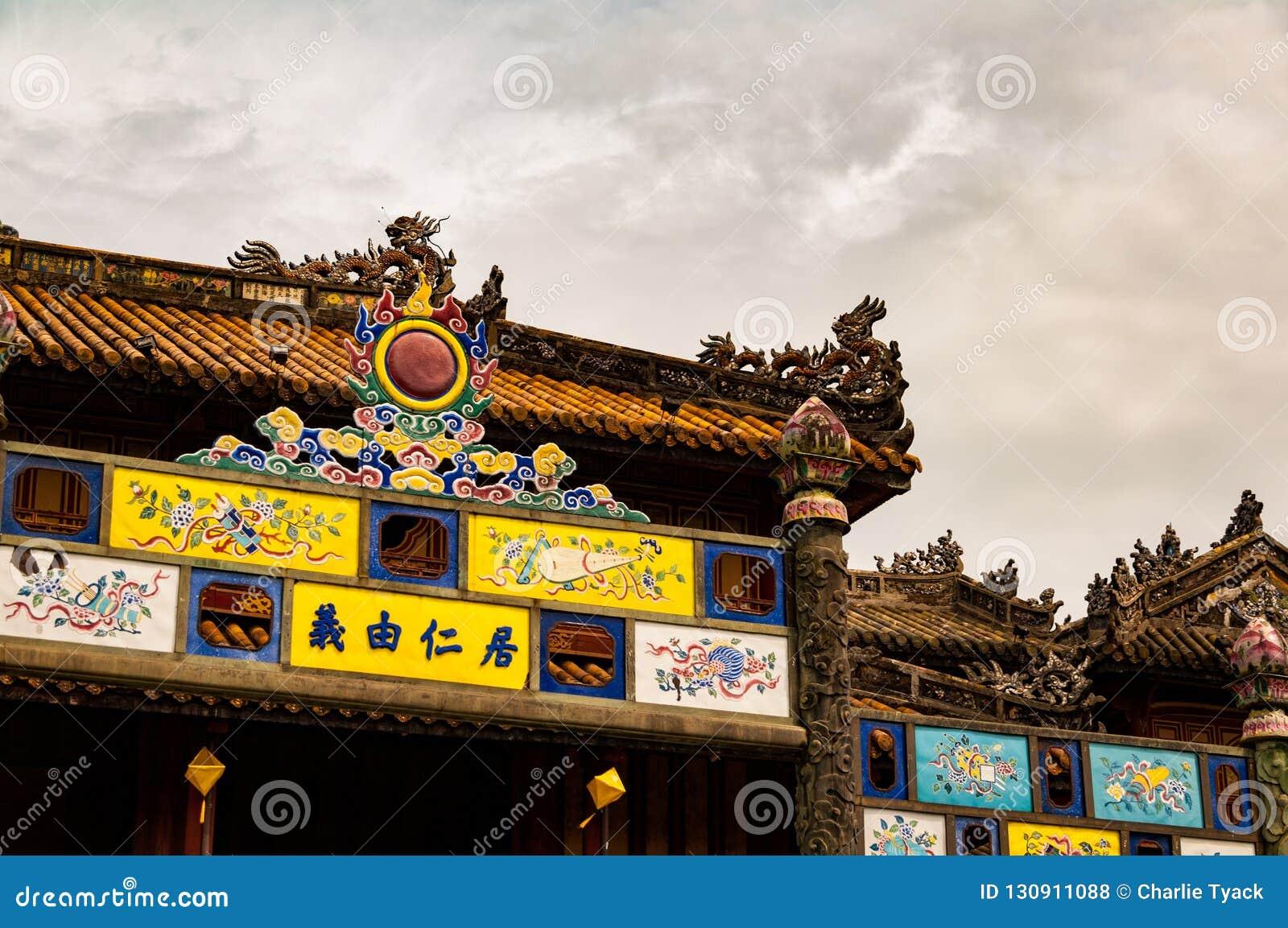 Szczegół ozdobna brama Niedozwolone miasto pagody w odcieniu, Wietnam